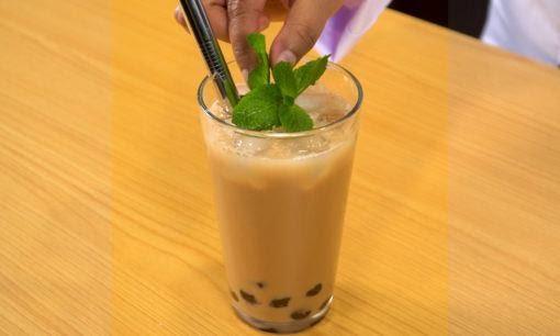 Segelas teh telah siap dan dipadukan dengan hasil cara membuat boba serta ditambahkan daun mint dan sedotan.