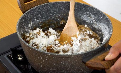 Merebus adonan tepung tapioka sebagai salah satu langkah dalam cara membuat boba.