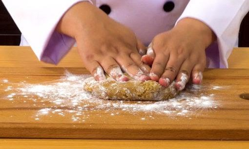 Menguleni adonan tepung tapioka untuk membuat boba.